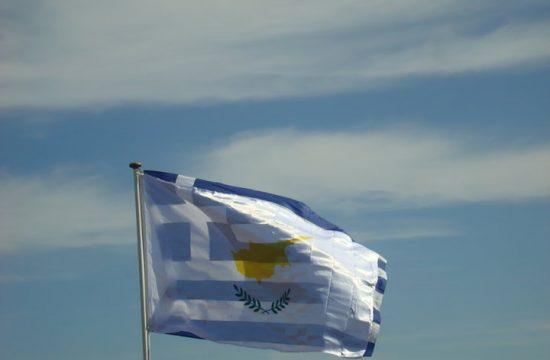 Οι σημαίες Ελλάδας και Κύπρου κυματίζουν μαζί
